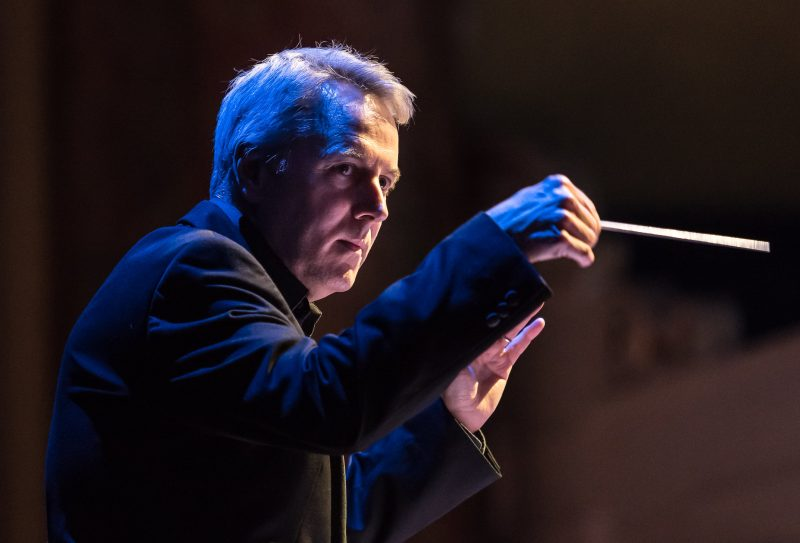 Conductor Richard Farnes [Photo: Clive Barda]
